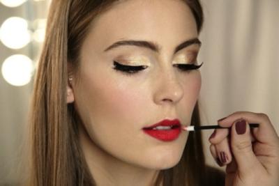 Warna Lipstik Merah & Eyeshadow Gold