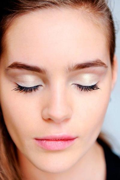 Lipstik Pink & Eyeshadow Putih