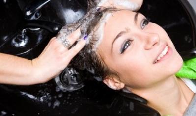 2. Mencuci Rambut