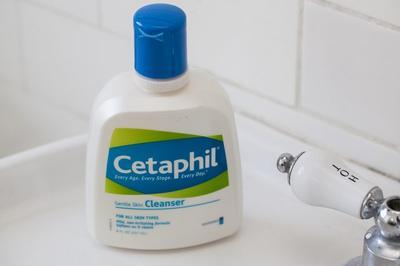 3.Cuci Muka dengan Cleanser Favorite Kamu