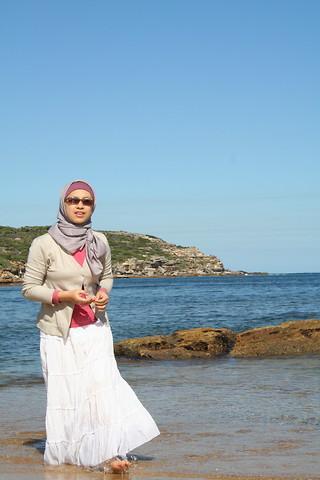 4 Tips Gaya Hijab Untuk Ke Pantai Yang Kece Banget Fashion Beautynesia
