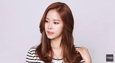 Tutorial C-Curl Wavy Hair Ala Idola KPop yang Bikin Kamu Terlihat Elegan
