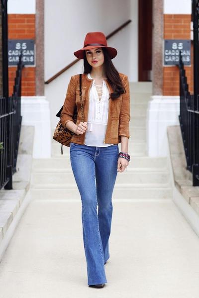 1. Gunakan celana jeans yang tidak mengecil di area bawah