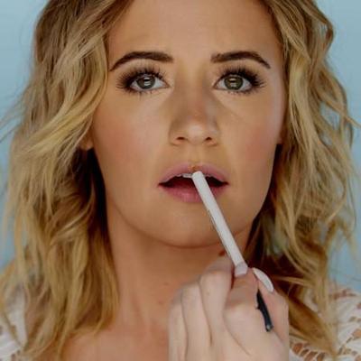 4. Gunakan Lip Liner di Sepanjang Garis Bibir