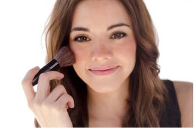 2. Oleskan Base Makeup