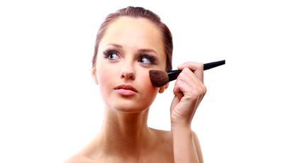 3. Gunakan Lipstik dan Blush on