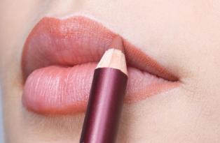 4. Gunakan Lip Liner