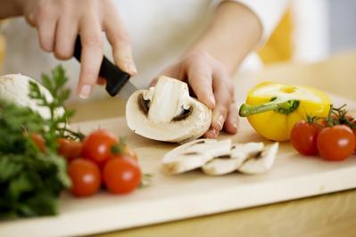 4. Memasak Makanan Sahur dan Berbuka