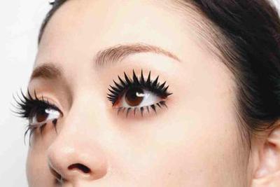 8. Eyeliner & Bulu Mata Palsu Tebal