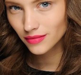 Cerahkan Bibir Dengan Warna Terang