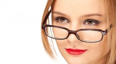 Sesuaikan Eyeliner dengan Frame Kacamata