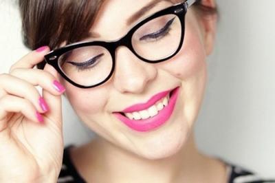 2. Pertegas Bentuk Mata Dengan Liquid Eyeliner