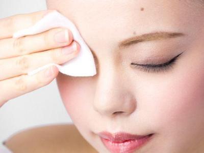 1. Segera Bersihkan Wajah dengan Produk Cleansing