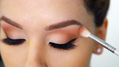 Pakai Eyeshadow dan Softlens