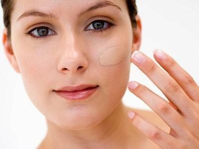 Pakai Foundation untuk Makeup yang Awet