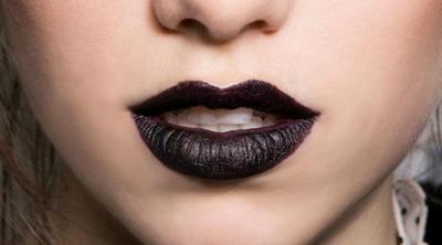 8. Lipstik Berwarna Gelap