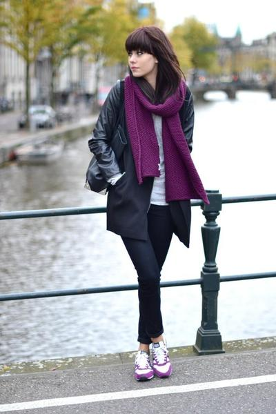 1. Padukan dengan Leather Jacket