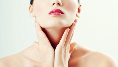 Gunakan Produk Skincare Secara Merata Hingga ke Leher