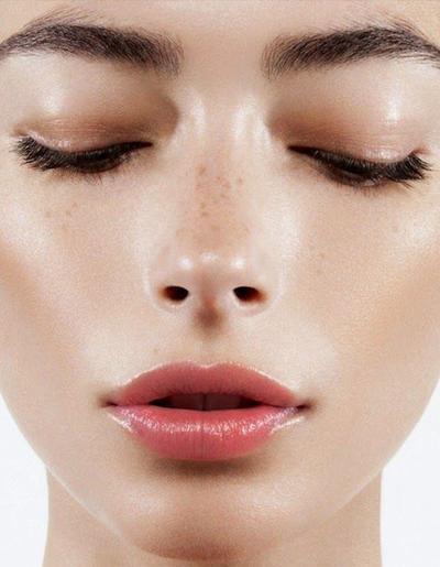 Gunakan Warna Eyeshadow dan Blush yang Senada