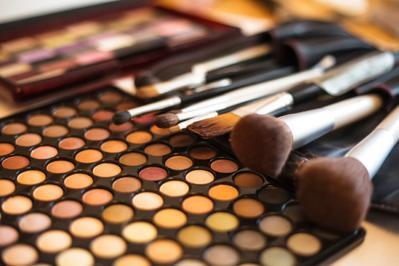 6 Langkah Tepat Membersihkan Kuas Makeup