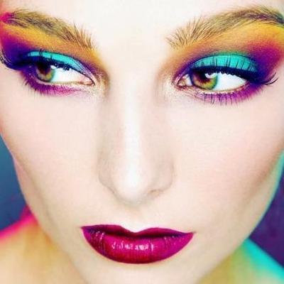 5. Memakai Eyeshadow Warna-Warni