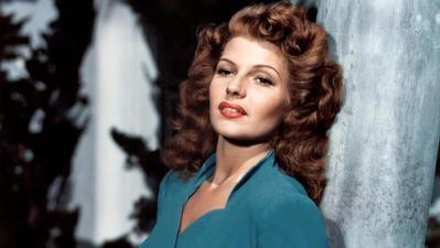 4. Rambut Halus Berkilau ala Rita Hayworth