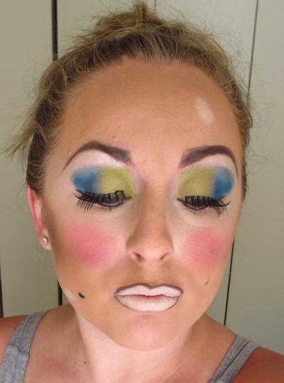 3. Warna Eyeshadow yang Tidak Membaur