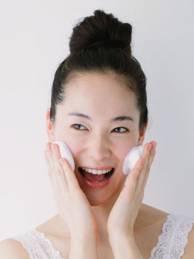 Membersihkan Makeup dengan Teknik 4:2:4 ala Wanita Korea