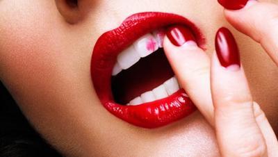 Hindari Lipstick Menempel Pada Gigi dengan 3 Trik Berikut