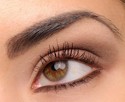 5. Gunakan Eyeshadow Matte Warna Netral