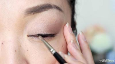6. Gunakan Eyeliner untuk Mempertegas Garis Mata