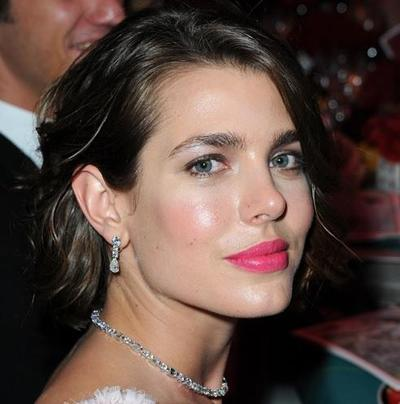 Trik Pintar Memakai Bold Lipstick Agar Tak Terlihat Menor
