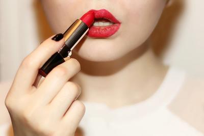 Wow, Lipstick Jadi Tahan Lama dengan Trik Simple!