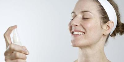 Atasi Minyak Wajahmu dengan DIY Face Mist Rosewater