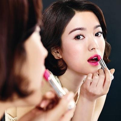 Aplikasi Lipstick di Bibir