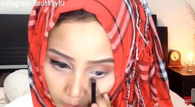 3. Gunakan Eyeliner Putih pada Garis Mata Bawah