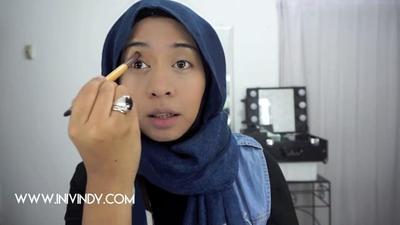 6. Gunakan Matte Eyeshadow dengan Warna Lembut