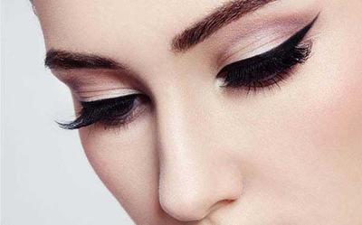 4.Eyeliner Tipis
