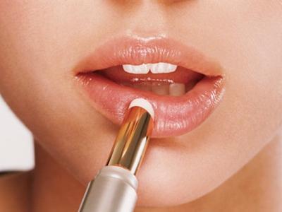 2. Sebelum Memakai Lipstick, Lembapkan Bibirmu dengan Lipbalm