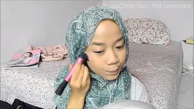 5. Gunakan Blush Supaya Terlihat Merona