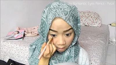 6. Segarkan Pancaran Mata dengan Eyeliner Putih