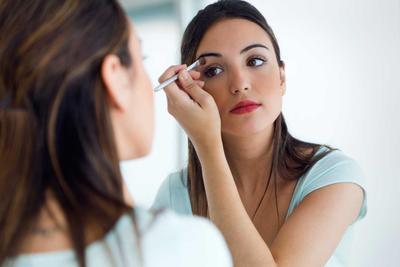 5 Kesalahan Makeup yang Mebuat Wajahmu Terlihat Lebih Gelap dan Tua