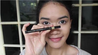 6. Menggunakan Eyeliner
