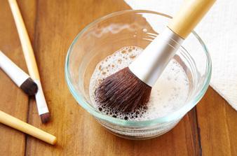 1. Cuci Brush Secara Teratur