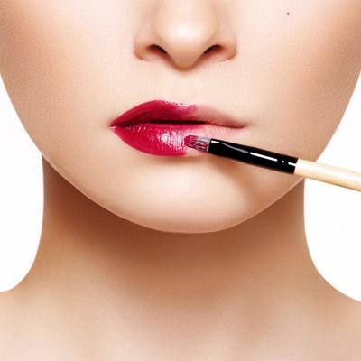 4. Aplikasikan Lipstick dengan Kuas