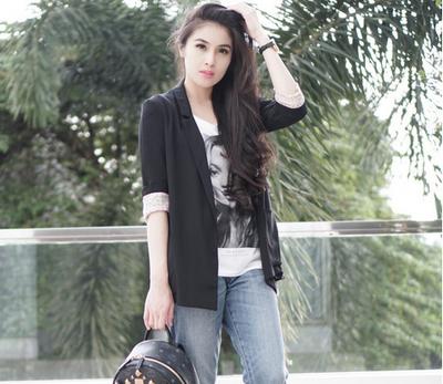 Inspirasi Fashion Blue Jeans ala Sandra Dewi