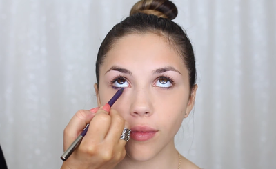 Step 3. Gunakan Eyeliner Untuk Membuat Mata Lebih Intense