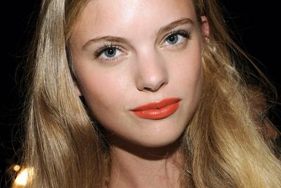 Begini Tips Mendapatkan Sentuhan Sempurna dengan Lipstik Orange