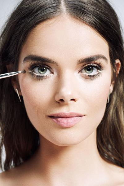 5. Aplikasikan Dua Eyeliner