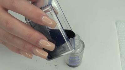 Step 4. Tuangkan DIY nail polish yang sudah jadi ke dalam wadah top coat sebelumnya untuk menyimpannya agar tidak kering